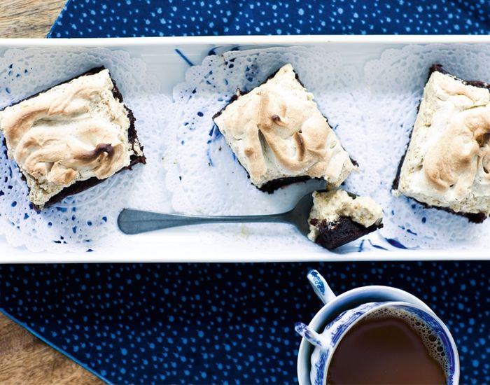 Den bedste chokoladebrownie er klæg og smager af chokolade. Vi topper kagen med en lakridsmarengs, som giver kagen et pikant og nyt pift - helt uimodståelig