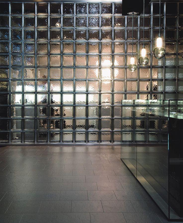 Lasitiili sopii erityisesti industrial-henkisiin tiloihin. Isona pintana käytettynä lasitiili tuo tilaan tyyliä. #habitare2015 #design #sisustus #messut #helsinki #messukeskus