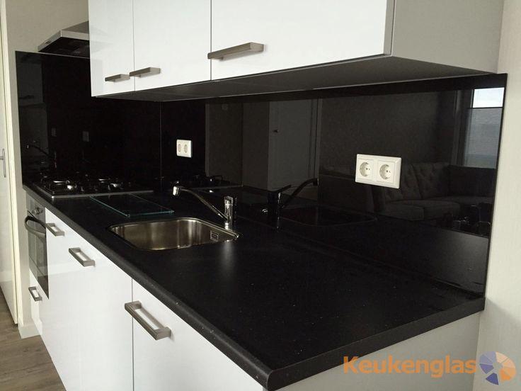 Zwarte glazen keukenglas achterwand in combinatie met een witte keuken en een zwart werkblad - Witte keuken met zwart werkblad ...