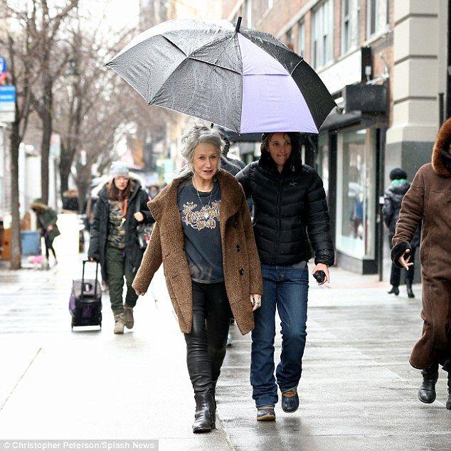 A-список служб: Она носила ее запирает, как она укрылась под зонтиком во время стучал тротуар в ее новый облик в Нью-Йорке