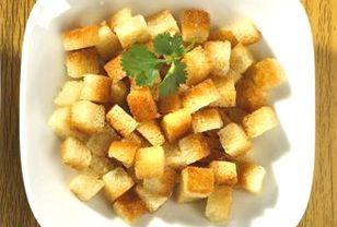 Croûtons sind ein tolles Topping für Suppen und Salate. Die kleinen, gerösteten Brotwürfel können Sie ganz einfach selber machen. Croûtons selber machen – so geht's!