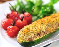 Courgettes farcies :  4 courgettes moyennes, 1 gros oignon, 5 champignons de Paris frais, 150 g d'allumettes de jambon blanc, 2 biscottes, 1 oeuf, 1 c. à soupe d'huile d'olive, 2 c. à soupe de lait