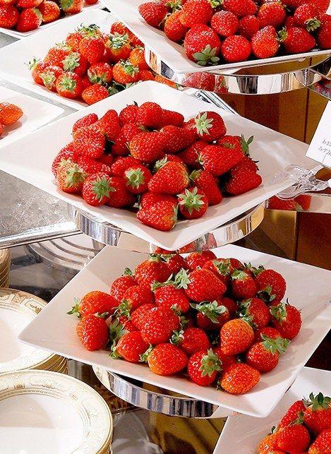 <横浜ベイホテル東急>夜のデザートブッフェ「いちごジャーニー」新鮮いちごを食べ比べ
