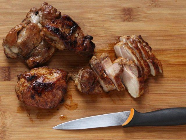RISO AL SALTO CON POLLO, CREMA DI BASILICO E BROCCOLI 5/5 - In una padella antiaderente fate dorare il riso da entrambe le parti. Disponete in ogni singolo piatto la crema di basilico e broccoletti, adagiatevi sopra il riso, e distribuitevi sopra la carne di pollo affettata. Servite caldo.