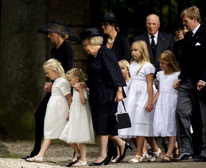 Membros da família real holandesa deixam o castelo de Lage Vuursche, após funeral do príncipe Fisco da Holanda, morto no último dia 12 - http://epoca.globo.com/tempo/fotos/2013/08/fotos-do-dia-16-de-agosto-de-2013.html (Foto: EFE/Robin Van Lonkhuijsen)