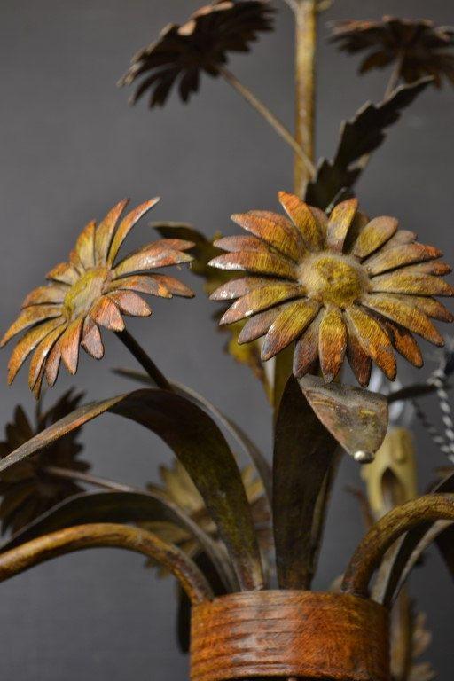 Tole bloem kroonluchter met bloemen rond 1940/50  Gemaakt van metaal met 3 lampen. Bedrading werkt perfect.  Maten: Hoogte: 15 inch / 38cm Breedte: 16 inch / 40cm Hoogte met ceilingchain: 22 inch / 56cm (verstelbaar)  Artikel nr: 1406287
