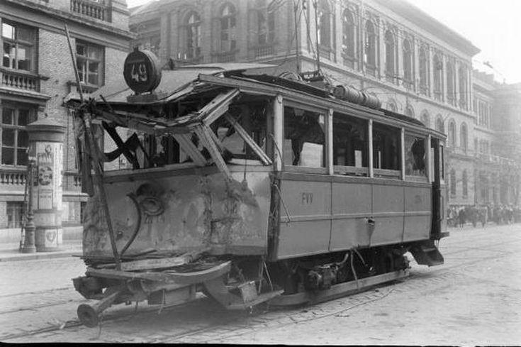 1956. A 49-es villamost - talán a kiskörúton - törte össze egy szovjet tank.