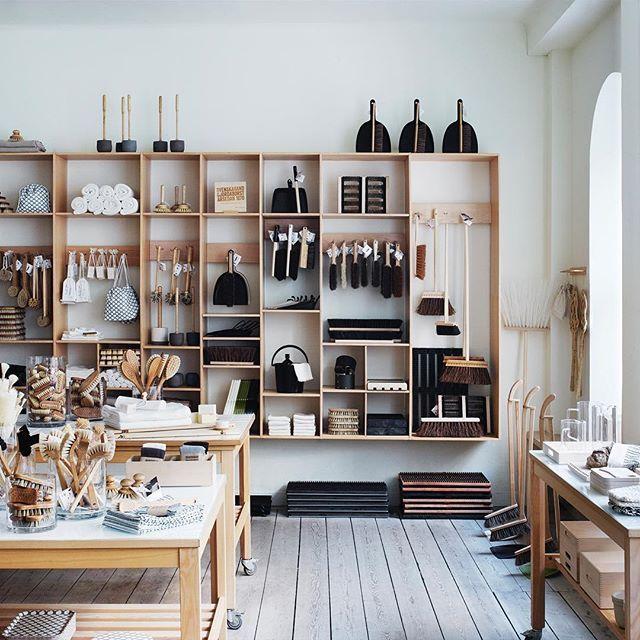 Snyggt i vår butik på Kungsgatan i Stockholm. #irishantverk #shop #handmade #brushes