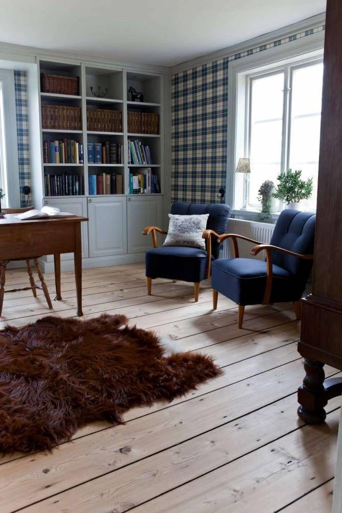 I kontoret står ett gammalt skrivbord som tillhörde paret som Carolina och Stefan köpte huset av. Den rutiga tapeten kommer från Sandbergs. De snygga fåtöljerna är arvegods som klätts i blått tyg som matchar tapeterna.