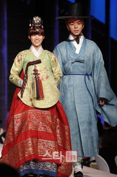 Femme aimée avec une belle coréenne hanbok
