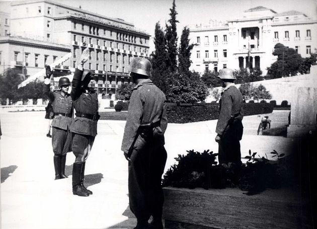 12 Οκτωβρίου 1944. Η Βέρμαχτ καταθέτει στεφάνι στον Αγνωστο Στρατιώτη, προτού εγκαταλείψει την Αθήνα   ΓΑΚ-ΑΡΧΕΙΟ ΤΣΑΚΙΡΑΚΗ