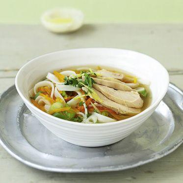 Ingwer-Zitronen-Suppe mit Huhn & Reisbandnudeln