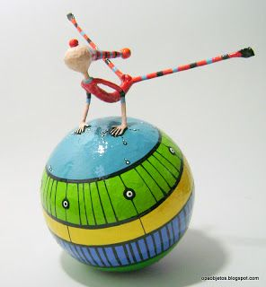 Acróbatas-bola de marzo (Opa! objetos de papel maché y cartapesta)