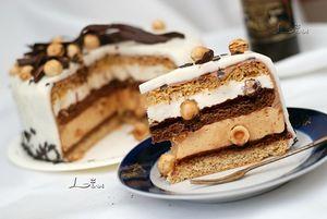 """Торт """"Тонкая штучка"""" содержит довольно редкий кондитерский ингридиент - тропические бобы тонка, обладающие чарующим неповторимым ароматом. Состав торта снизу вверх: Миндальный масляный бисквит """"Loravo"""", ганаш из тёмного шоколада ( трюфель), карамельный мусс с добавлением цельного фундука, воздушный шоколадный бисквит, трюфель, мусс шантильи из свежих сливок с добавлением цельного фундука, бисквит """"Loravo"""", шоколадный крем под сливочную глазурь или под мастику."""