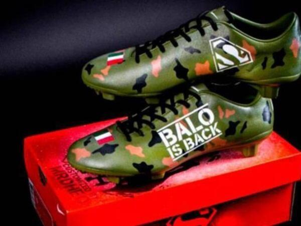 EK Voetbal 2012 Polen en Oekraine   Balotelli showt nieuwe voetbalschoenen