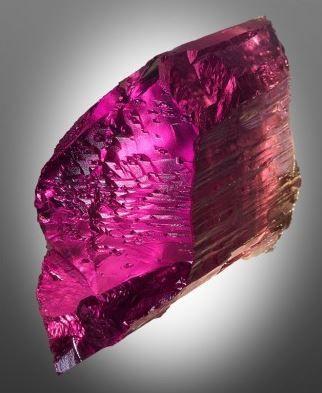 Kunzita Suas faixas cristalinas permitem que as energias fluam em velocidades muito rápidas, o que ajuda a aumentar a vibração e frequência da pessoa que a tocar.