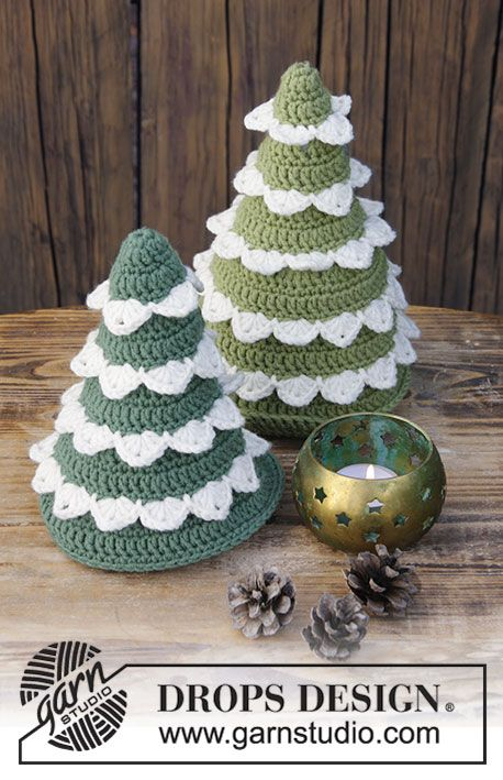 Crocheted Christmas trees. The piece is worked in DROPS Merino Extra Fine.