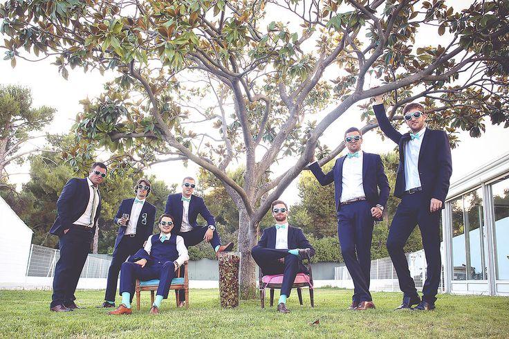photo de groupe originale du mari et ses t moins dress code noeud papillon bleu chaussettes. Black Bedroom Furniture Sets. Home Design Ideas