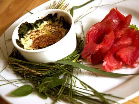 Cocotte med pepparrotsägg och rödbetsgravad lax   Recept.nu