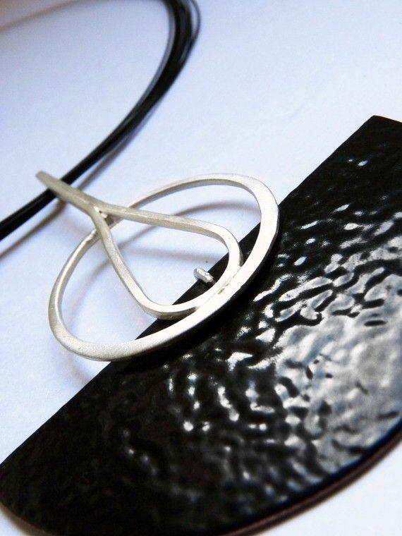 Prachtige hanger gemaakt van koper, zwarte glazuur en sterling zilver. Deze tegenhanger is perfect voor een night party, met een sexy zwarte jurk! Ik heb een koperen halve cirkel om deze hanger vorm te knippen. Vervolgens heb ik een zwarte emaille toegepast. I´ve knippen een ronde draad 1, 5mm. Toen gaf ik ronde vorm met een ronde stok. De afwerking is mat. Dimensie:: 2,5 x 3 Deze tegenhanger omvat de ketting van staal bekleed met nylon, met zilveren broche. Lengte: 18 Wenst u een andere…