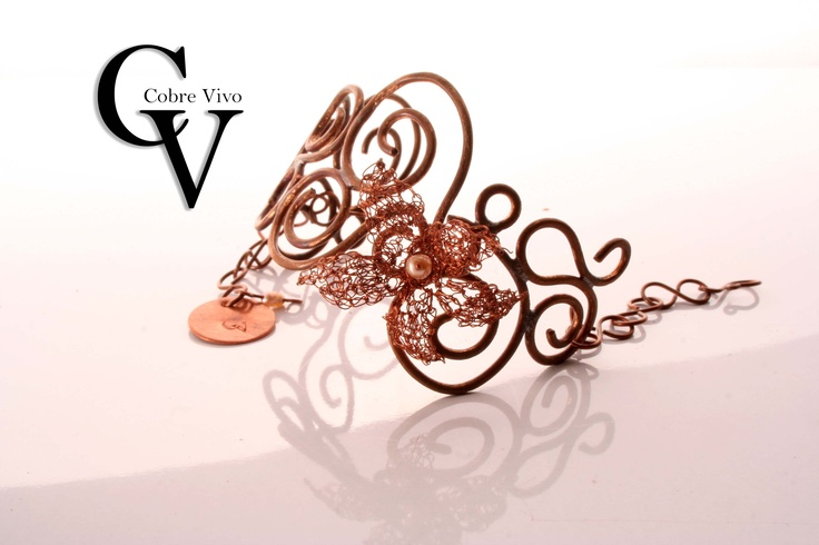 Trabajo de forja he hilado de cobre con detalles en perlas de rio.