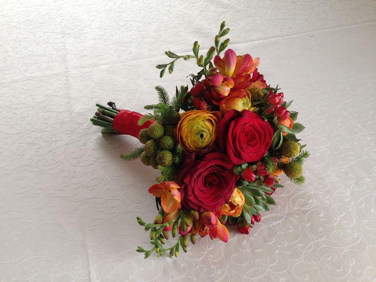 Букет невесты. Красная свадьба. Розы, суккуленты, фрезии, гиперикум
