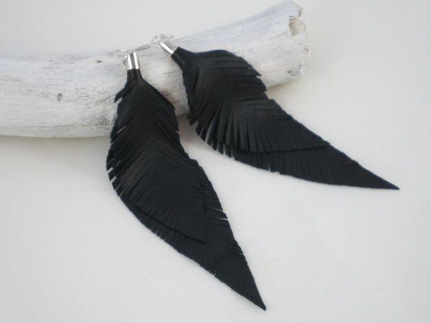 Die Federohrringe wurden per Hand aus weichem, schwarzen Leder ausgeschnitten.  Der Ohrhaken ist aus silberfarbenem Metall, kann aber auf Wunsch auch in Sterling Silber umgesetzt werden.  Trage...