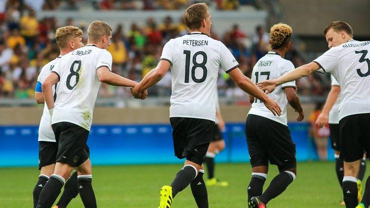 Die deutschen Fußballer nach einem Tor gegen Fidji © imago/Fotoarena