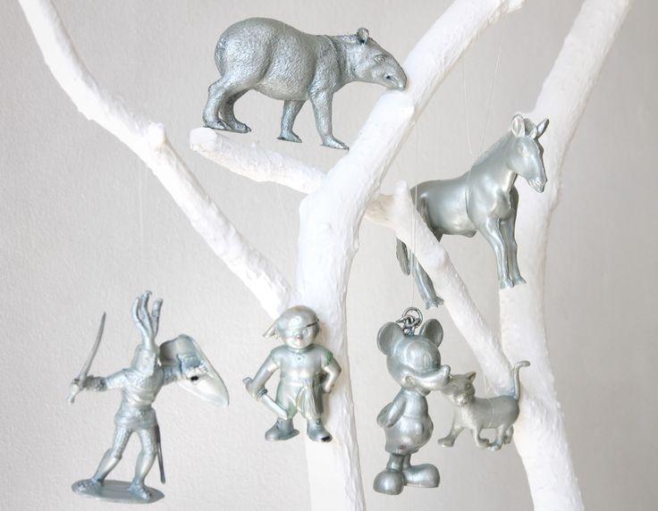 Iloista joulua!  Toivoo, Tikkurila.  Ps. vanhoista lelufiguureista tulee taidetta kun dippaat ne Taika Helmiäismaaliin.