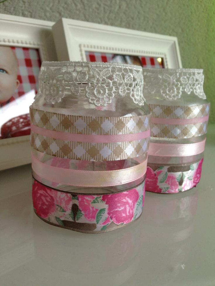 Glazen potjes versiert met lint en kant