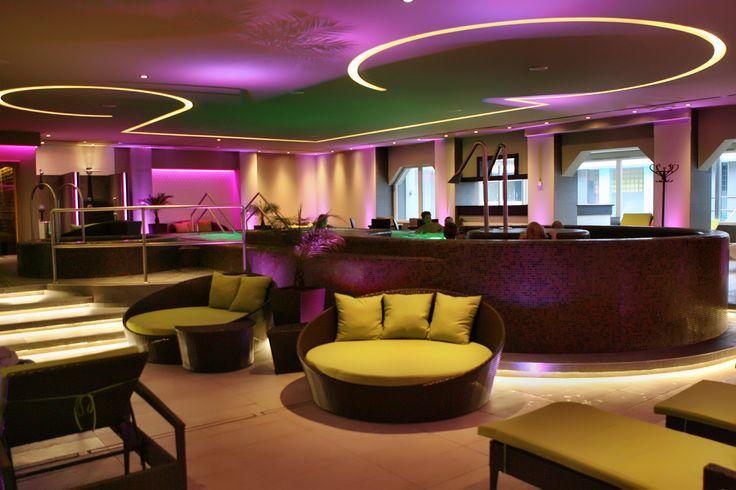 Hotel Délibáb**** Hajdúszoboszló  DÉLIBÁB WELLNESS OÁZIS A vendégeink teljes körű kiszolgálásáról a nyugodt, illetve aktív pihenés színhelyéül szolgáló rafinált hangulatvilágítású Délibáb Wellness Oázis gondoskodik. Feltétlenül ki kell próbálnia az élménymedencét, mely különféle élményelemekkel felszerelt: nyakzuhany, derék és vállmasszázs a medence közepén buzgár légbefúvó és a gyerekek nagy kedvence a sodrófolyosó. www.hoteldelibab.hu/ #Hajduszoboszlo #wellness #hotel #gyogyszalloda…