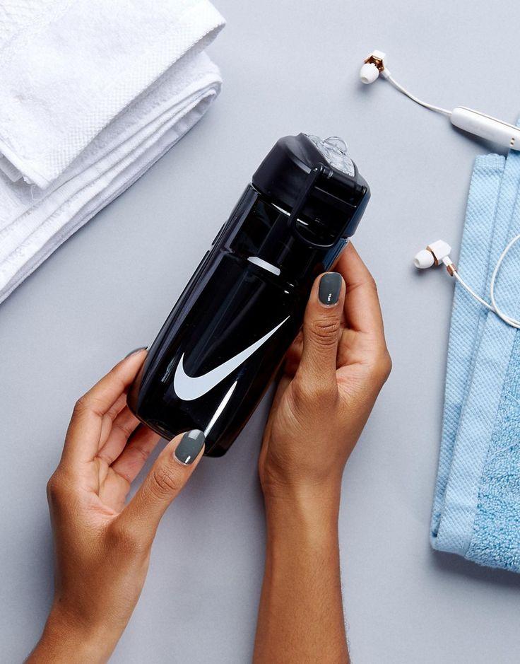 ¡Consigue este tipo de deportivas de Nike ahora! Haz clic para ver los detalles. Envíos gratis a toda España. Botella de agua con logo de Nike: Botella de agua de Nike, Exterior de plástico, Logo característico de Nike, Parte superior de rosca, Pajita SwitchFlow resistente a los impactos y para hidratarte rápidamente, Anilla con bisagra, Con marcadores de capacidad en el lateral. Nike domina la industria de la ropa de deporte dando un toque fresco y a la última a prendas casual. Las za...