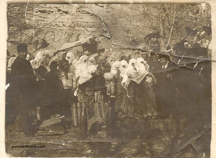 Çanakkale Savaşı sırasında cepheye mermi ve top taşayan kahraman Türk kadını.