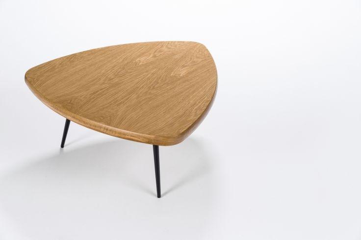 Кофейный стол Charlotte — это простые ичистые линии, интегрированные  вваш интерьер. Кофейный стол разработан американским дизайнером Шоном  Диксом, он имеет необычный дизайн и удивительно удобен в использовании за  счет своей треугольной ф...