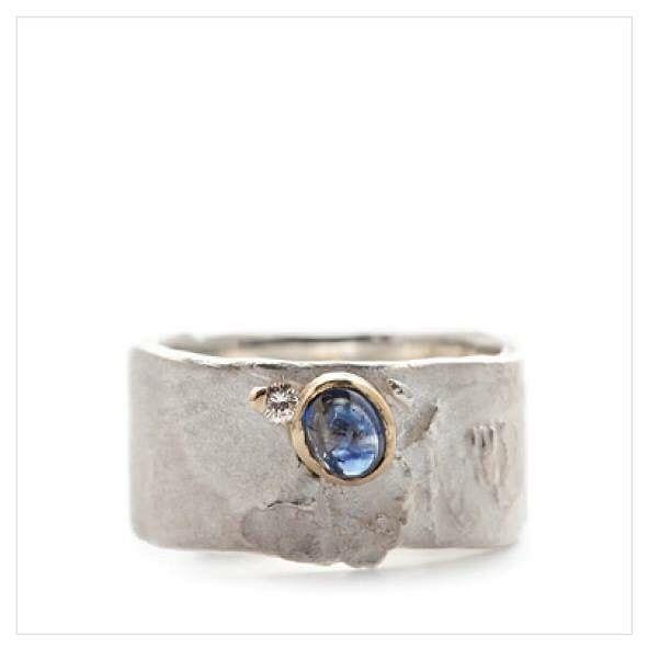 Zilveren ring met helder blauwe saffier en diamant #belgiandesigner #handmade…