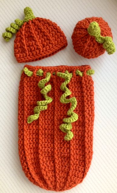 Pumpkin set for October babies: crocheted cocoon, matching hat and amigurumi pumpkin in chunky 100% wool yarn, perfect for newborn photo shoots