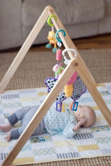 Apenas um suporte de madeira e você tem um ginásio de atividades em casa! Quem disse que precisa gastar uma fortuna para entreter o bebê?