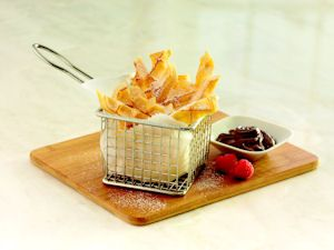 Waffle Fast Fries – Waffles tostados espolvoreados con azúcar glas, listos para bañarse en una crema de chocolate y avellanas.