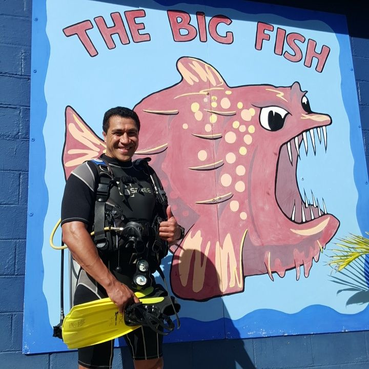 Mils Look who is here with us today.. former All Blacks Star Mils Muliaina on a holiday after his time in Ireland and now of to NZ.. great to have you here ... #CookIsland  #thebigfish we have so many celebrities the last weeks... that is just AWESOME