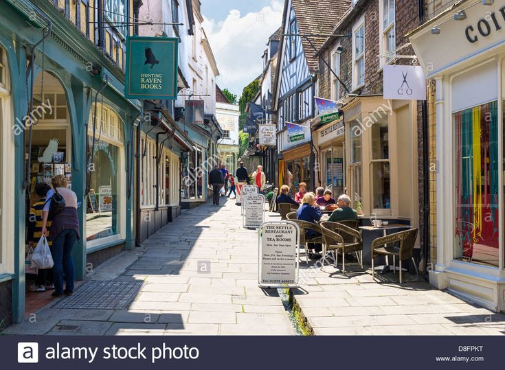 http://c8.alamy.com/comp/D8FPKT/old-street-and-cafe-in-frome-somerset-england-uk-D8FPKT.jpg