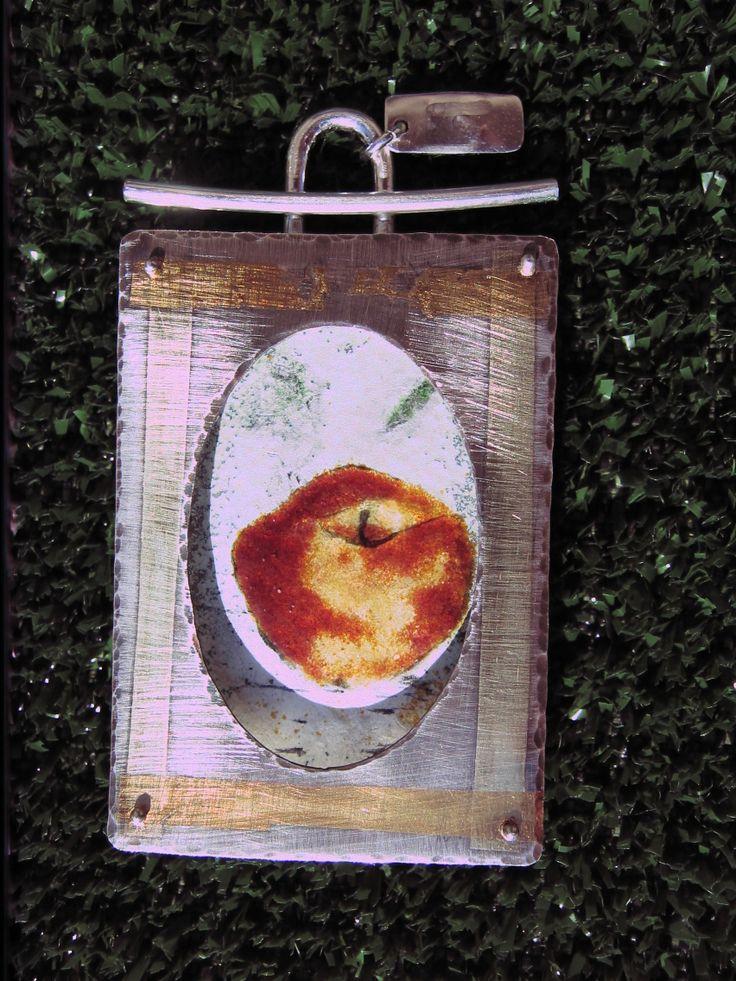 Colgante: plata. Oro Técnica: esmalte, 840ºC. Kum-boo Autor: Alfredo Escalada.