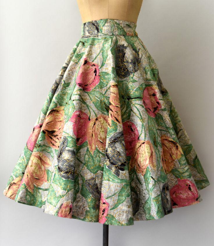 Vintage jaren 1950 rok, mooie grote tulp print in groen, grijs en roze met een alle-over metallisch goud afwerking. Ingerichte taille, volledige cirkel rok met steekzakken, verborgen zijkant metalen rits met haak-en-oog sluiting.  ---M E EEN S U R E M E N T S---  Pasvorm/maat: XS  Taille: 24 Heupen: gratis Lengte: 31  Maker/merk: Madeleine Moore Staat: uitstekend - - - - - - - - - - - - - - - - - - - - - - - - - -  Instagram: sweetbeefinds Facebook: sweet bee vindt vintage