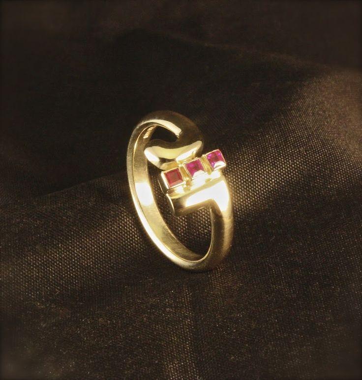 Gouden damesring 3x Robijn, vervaardigd van oud goud.