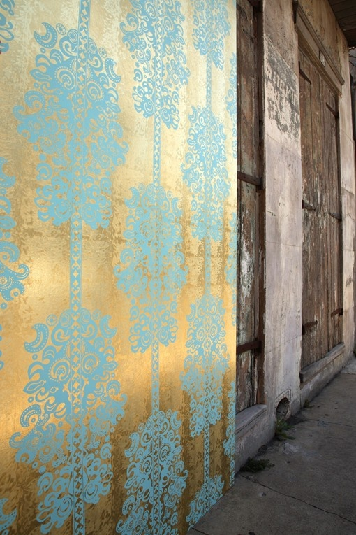 aqua stenciling on gold wall... stunning