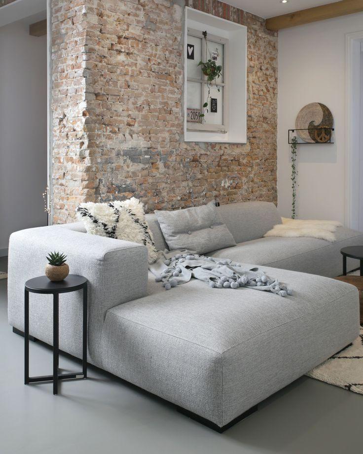 Stoere combinatie van strak minimalistisch interieur met oude elementen zoals de oude binnenmuur van oude #metselstenen | Kersbergen.nl