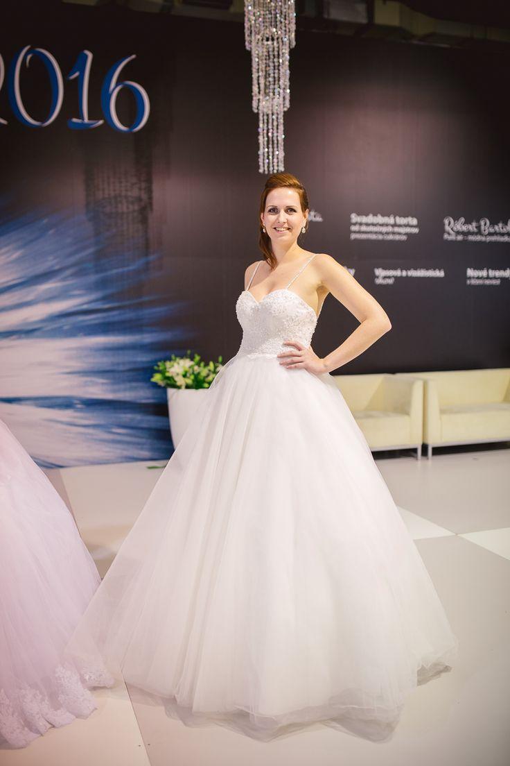 Svadobné šaty na ramienka s čipkou a veľkou tylovou sukňou