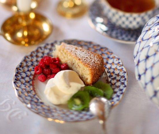 Den här italienska mandelkakan brukar min faster ofta bjuda på. Den är löjligt god och lika löjligt enkel att göra. Servera gärna med grädde och drick starkt svart te till. Lyx för en kall...
