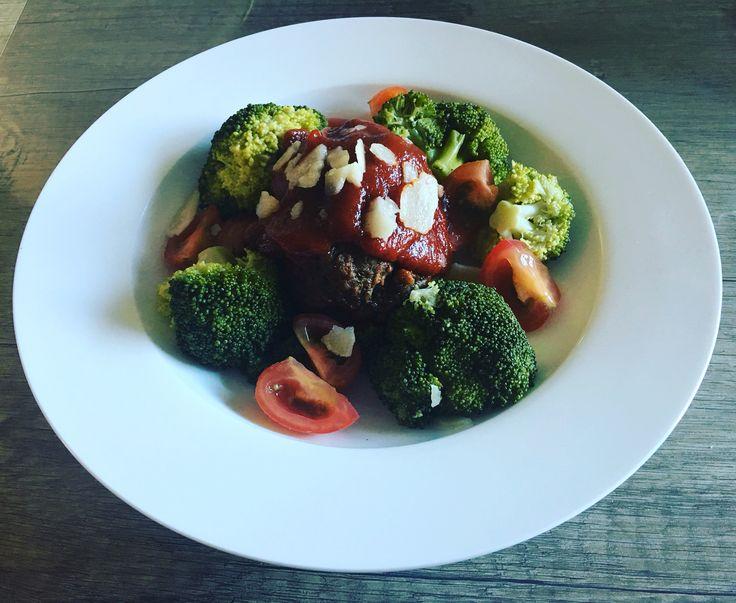 Broccoli met gehaktbal in tomatensaus cherrytomaatjes en parmezaanse kaas (diner)