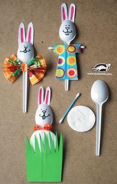 Basteln mit Kindern: Aus Plastiklöffeln werden bunte Osterhasen #diy #Ostern