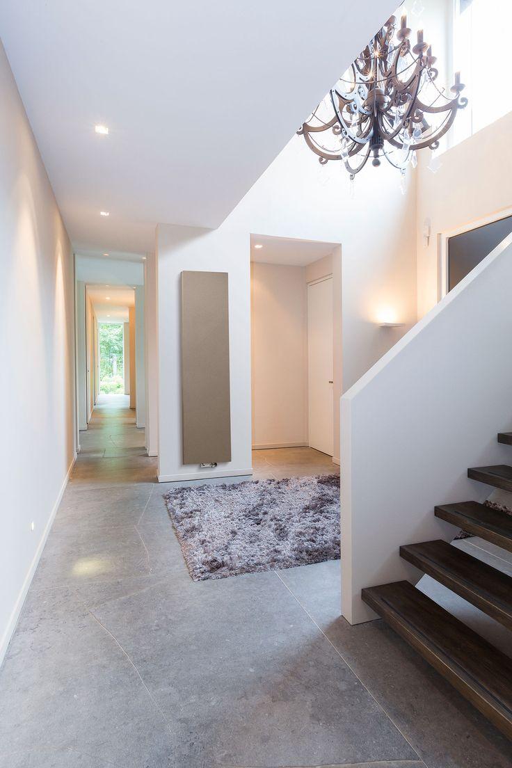 Indretningstips til entréen? Entréen er det første man møder i hjemmet. Alligevel bliver radiatorerne ofte glemt i netop dette rum. Gulvvarme er naturligvis en god løsning i entréen, da den tørrer våde gulvoverflader.